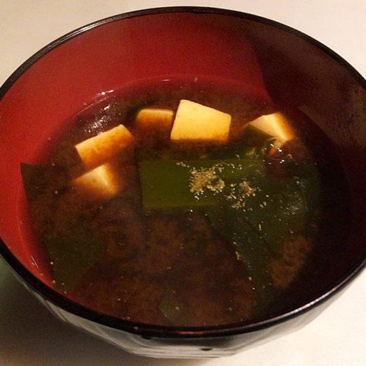 ワカメと豆腐の赤だしのみそ汁の画像